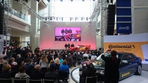 Mc Queen ca masina reala pe scena Atrium-ului NAIAS la Detroit