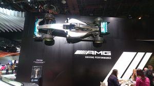 Monopostul Formula 1 al echipei Mereces-Bens Petronas într-o poziție cel puțin nefirească